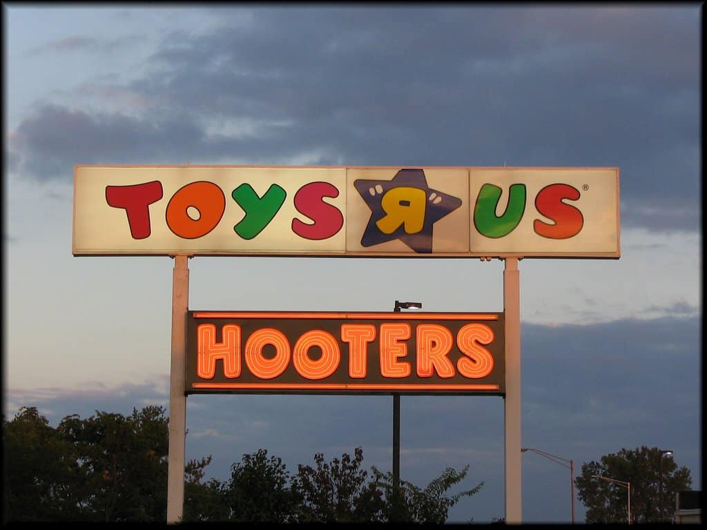 Toys R Us and Hooters sign on GlobalGrasshopper.com