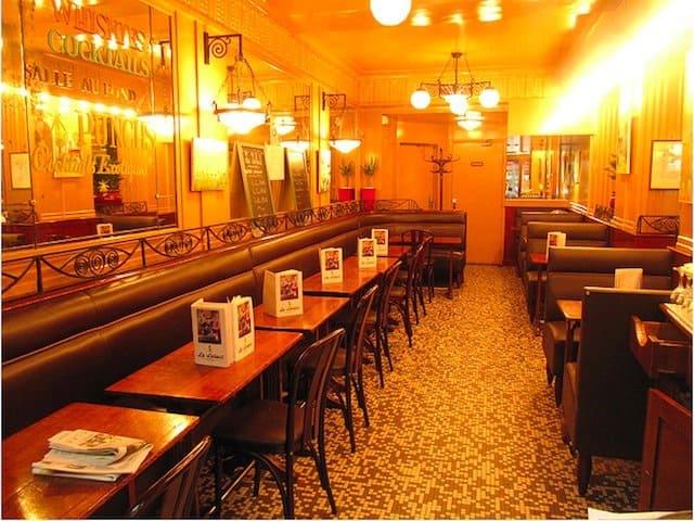 Le Select Cafe - best Paris cafes on GlobalGrasshopper.com