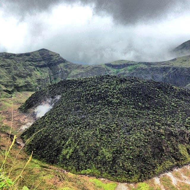 La-Soufriere-crater