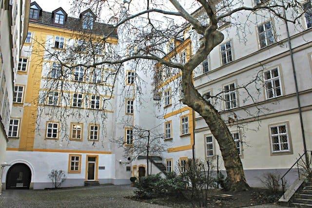 Pawlatschen_courtyard_Vienna