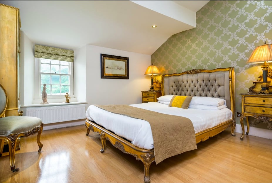 A 16th century coaching pet friendly inn on the outskirts of Grasmere village