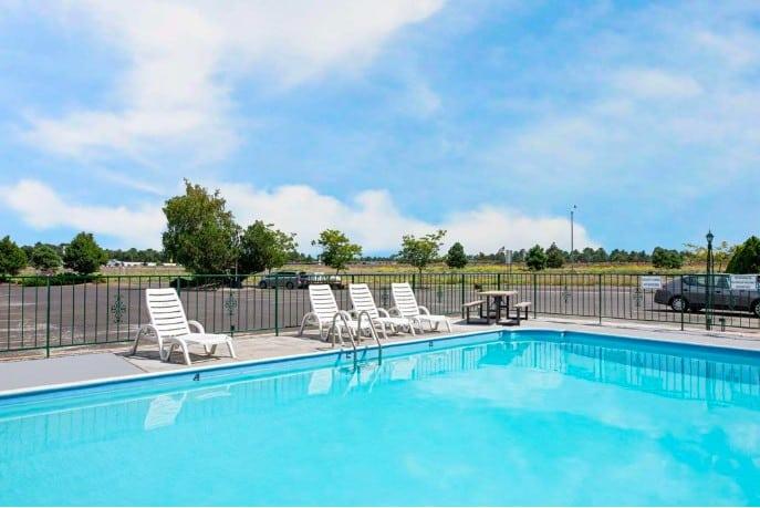 Ramada by Wyndham Flagstaff East swimming pool