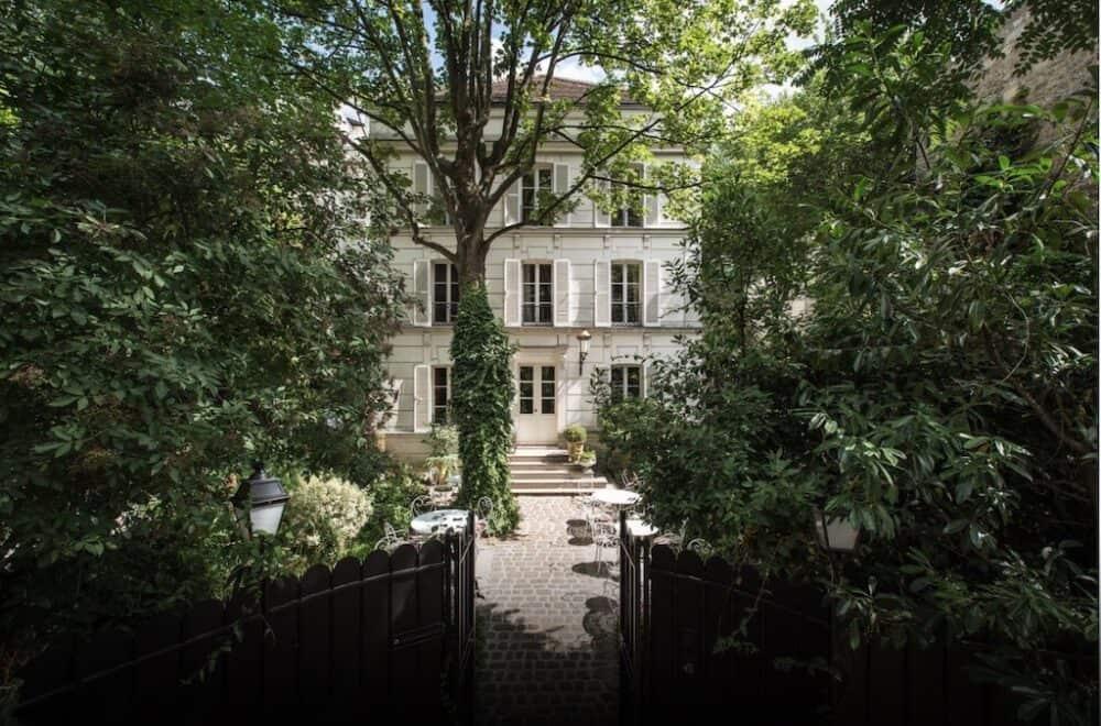 Historic romantic hotel in Paris