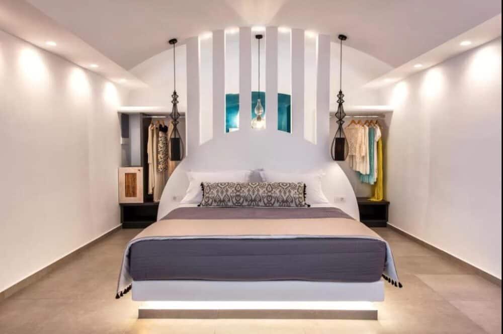 Romantic boutique hotel in Santorini