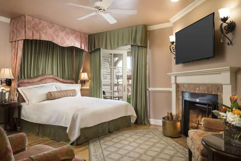 Intimate hotel in Monterey